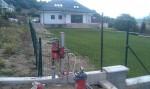 Vŕtanie pre stĺpy na plot.